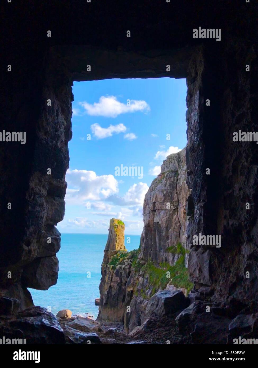 Mirando al mar Céltico desde el interior de la capilla de San Govan, St. Govan Bosherston del jefe, en el Parque Nacional de la costa de Pembrokeshire, Dyfed, Gales. Foto de stock