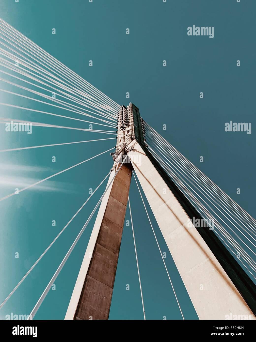 Suspensión moderno puente sobre el río Vístula en Varsovia, Polonia Foto de stock