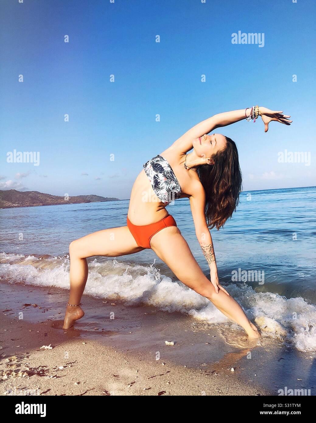 Yoga en la playa. Playa de Bali. Zen y mañana perfecta. Foto de stock