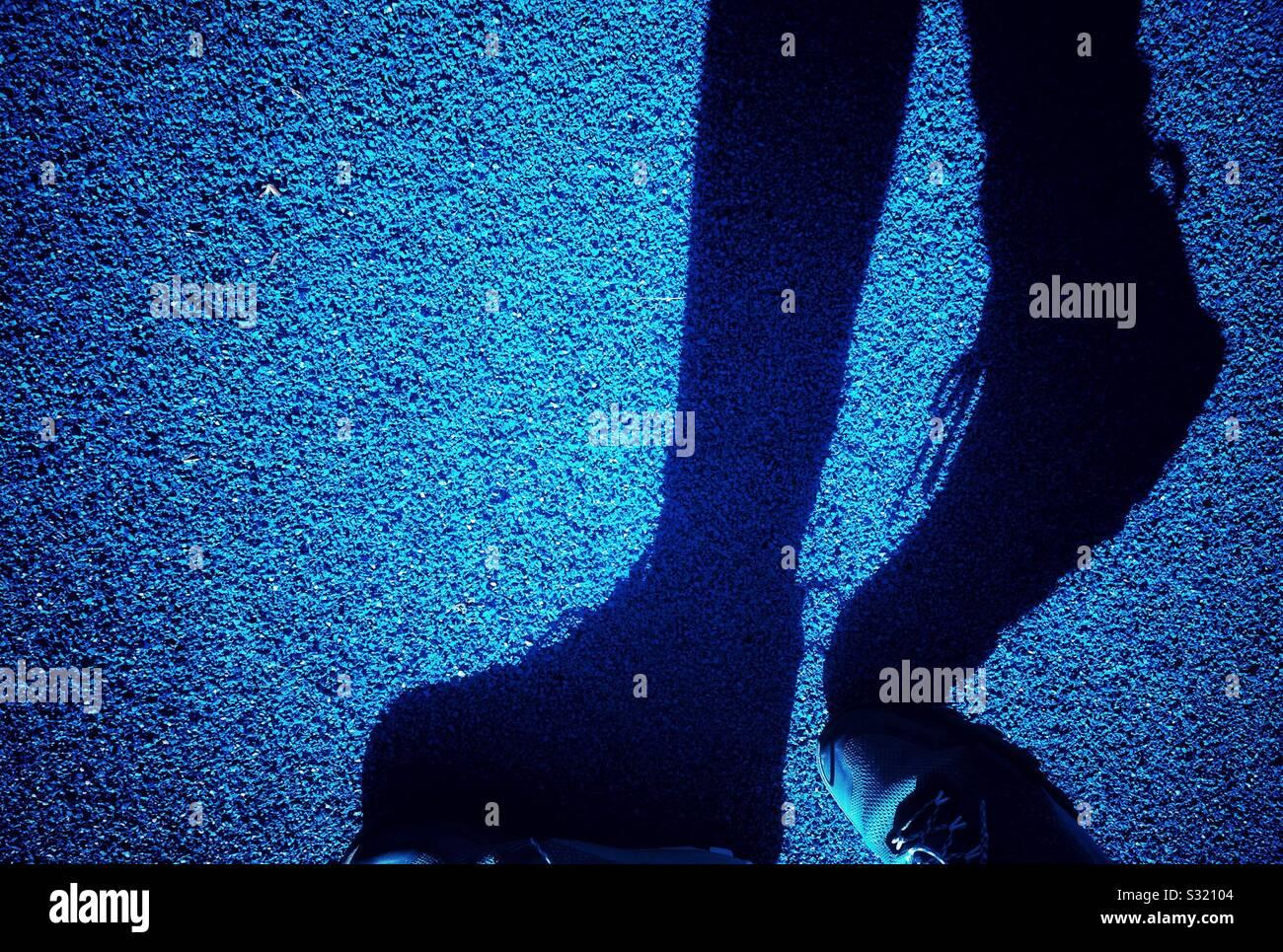 Sombra de pies caminando por la calle en Barcelona Foto de stock
