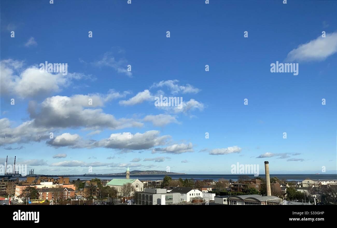 Una vista panorámica de la bahía de Dublín, Irlanda, desde las torres Poolbeg hasta el Monte Merrion con Howth Head en la distancia. Foto de stock