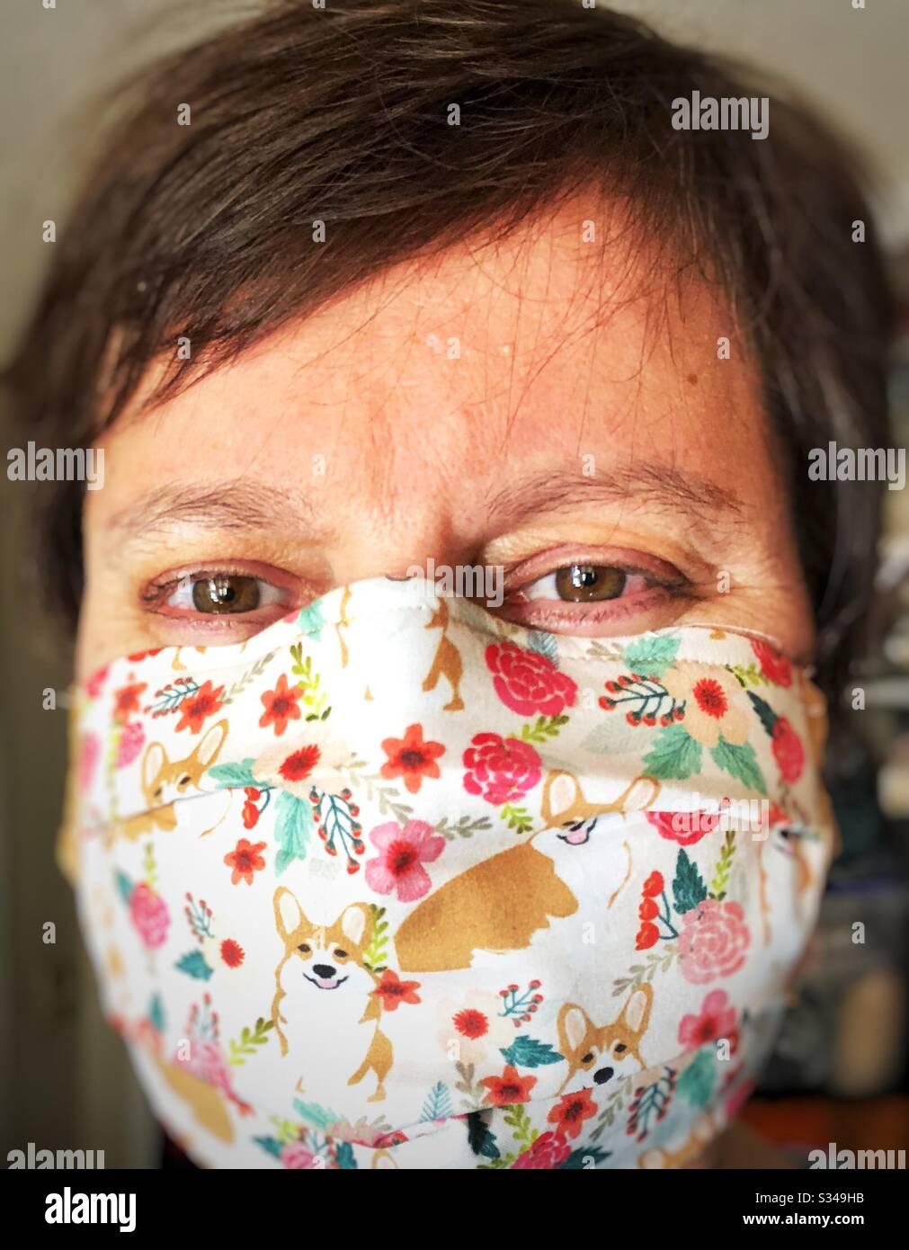 Mascarilla facial divertida de Corgis hecha a mano para protegerla de los covid19 Foto de stock
