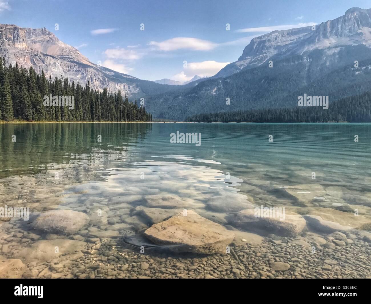 Lago de montaña en las montañas rocosas canadienses Foto de stock