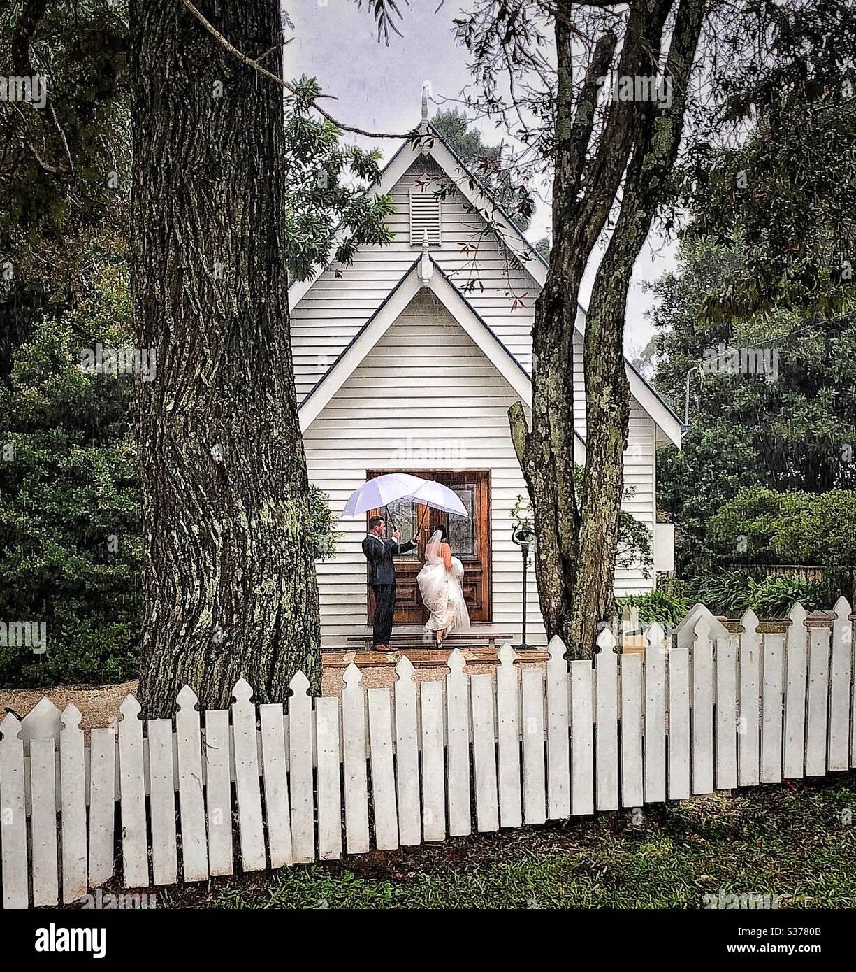 Boda lluviosa iglesia de carácter antiguo Maleny suerte el día de la boda Foto de stock