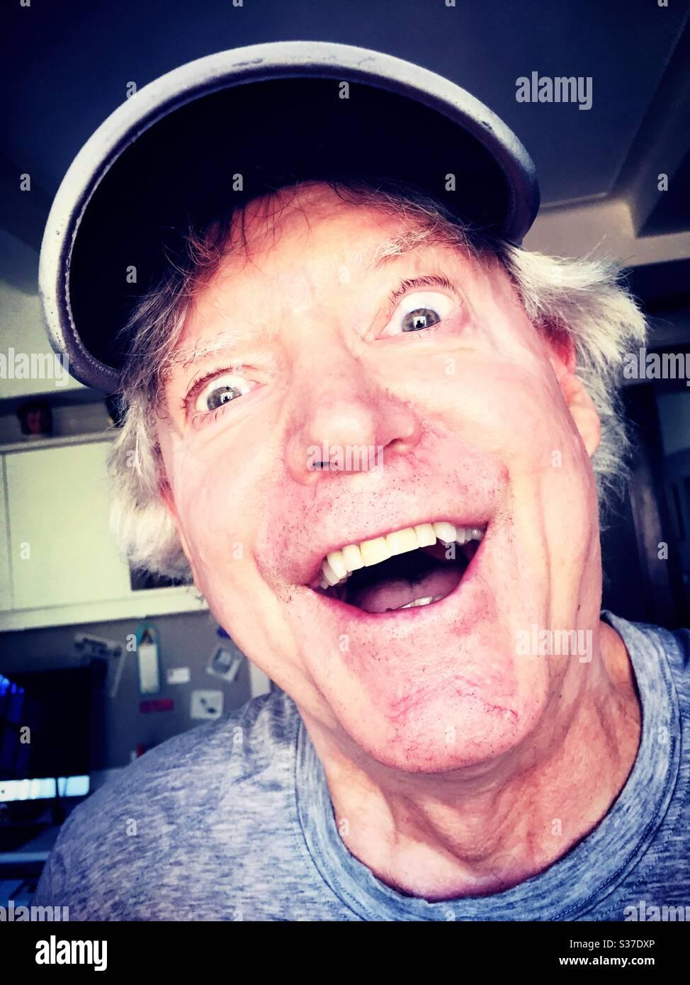 Primer plano de hombre caucásico sonriente goofy en necesidad de un corte de pelo, EE.UU Foto de stock