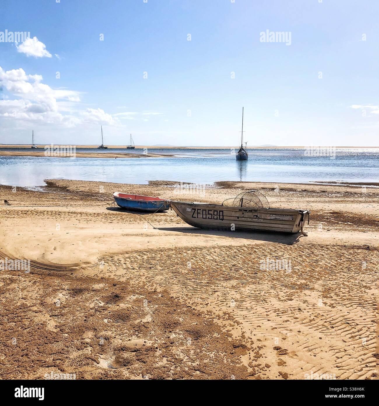 Agnes Waters 1770 Beach Fraser Coast Queensland Australia barcos en la playa Foto de stock