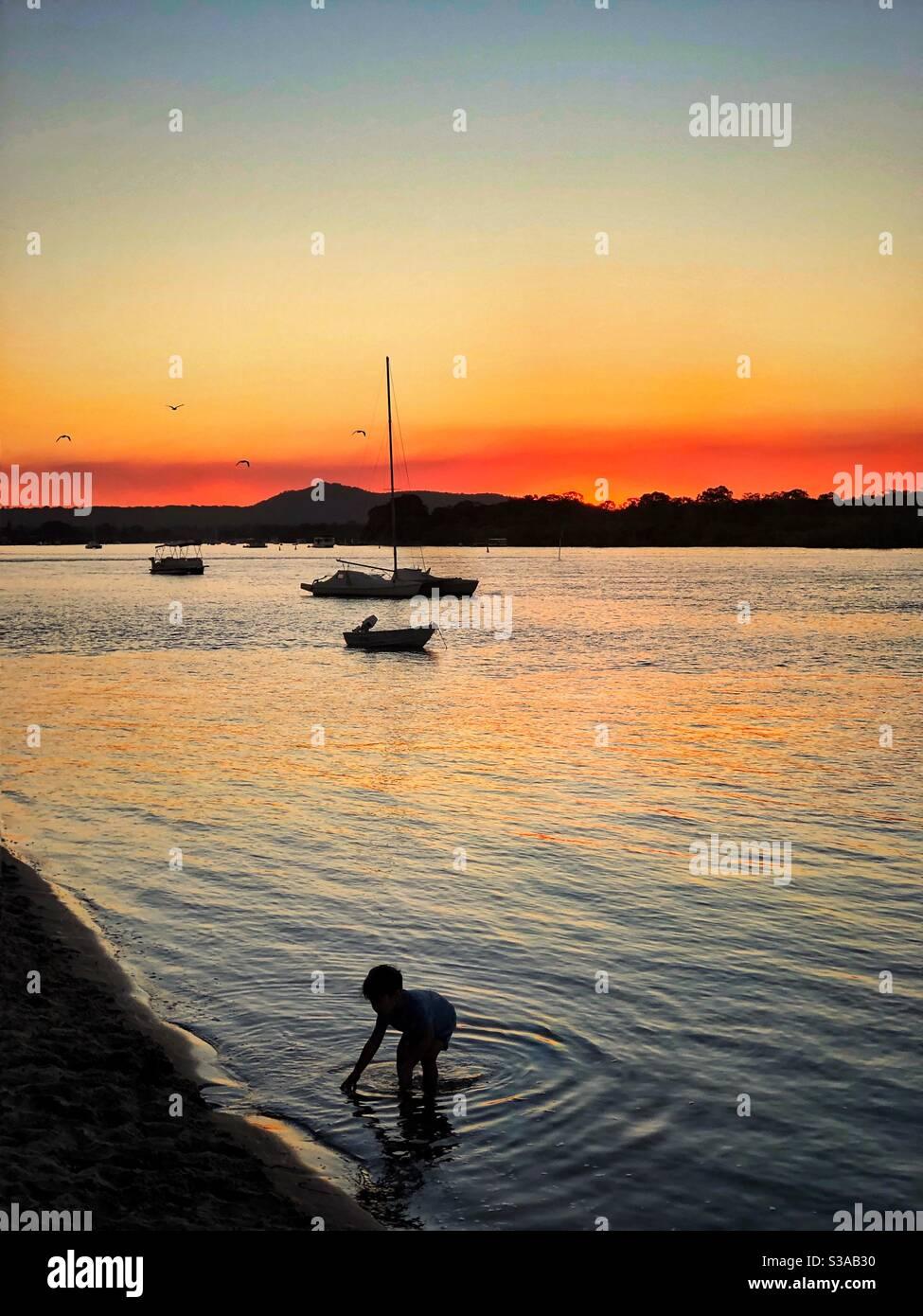 Niño Silhouette en la playa Noosa River Queensland Australia Foto de stock