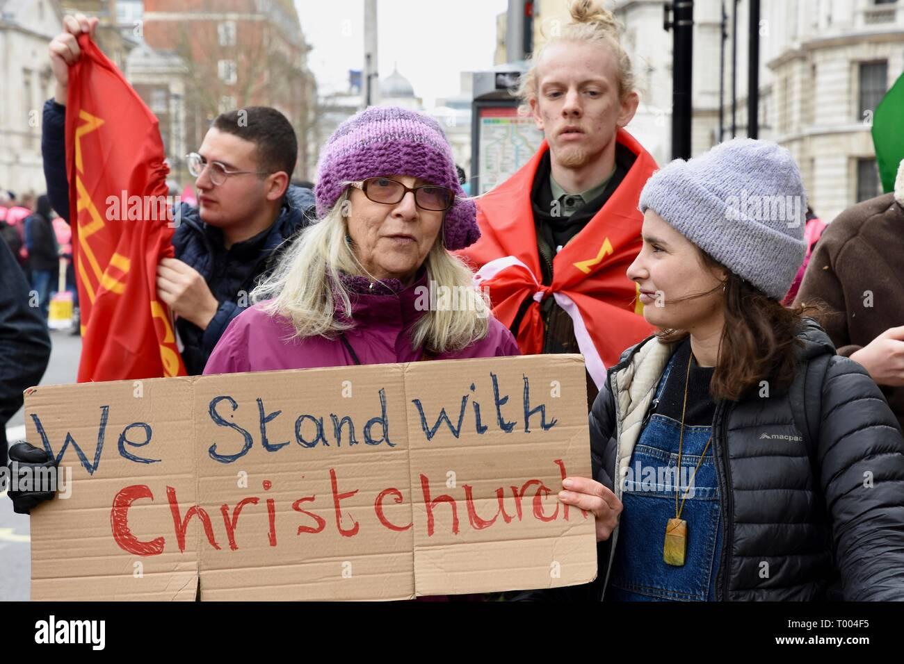 16 de marzo de 2019. Una mujer sostiene una pancarta para mostrar su solidaridad con las víctimas del ataque terrorista de pistola dos mezquitas en Nueva Zelandia.de las Naciones Unidas contra el Racismo día manifestación,Whitehall, Londres.UK Imagen De Stock