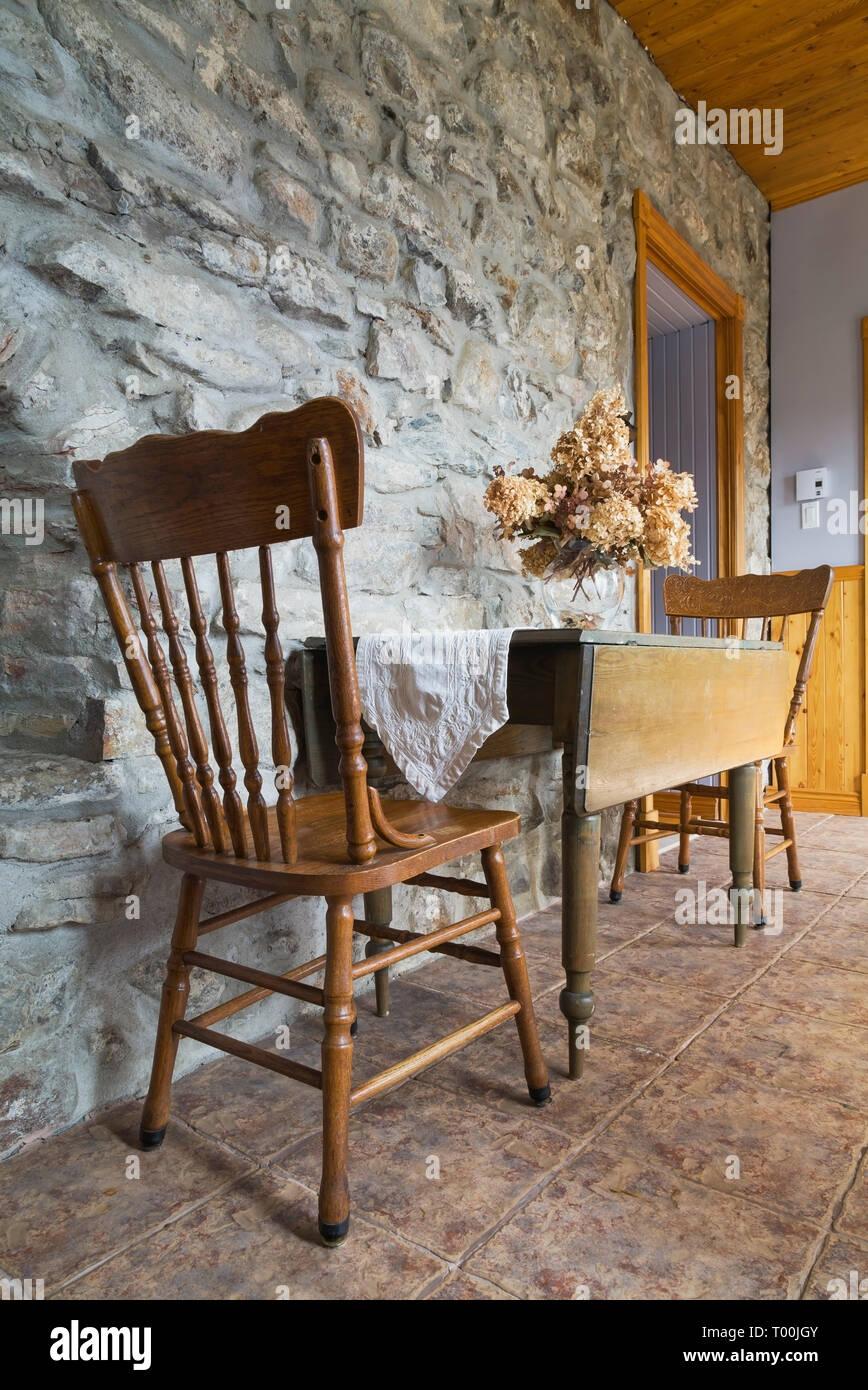Antigua mesa de comedor y sillas de madera en la pared ...