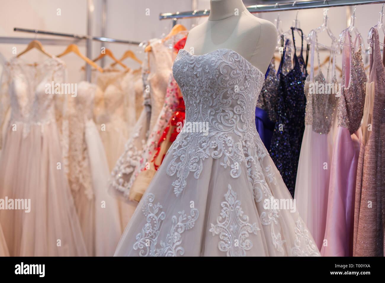 6b346be555c Hermoso vestido de novia en un maniquí en la tienda. Celebración de boda.  Compras