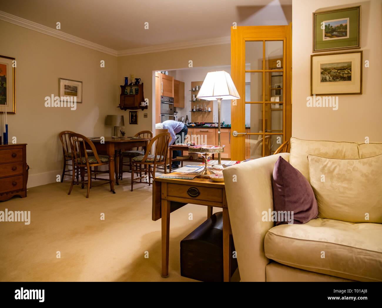 Interior moderno y diáfano, con sala de estar, mesa de ...