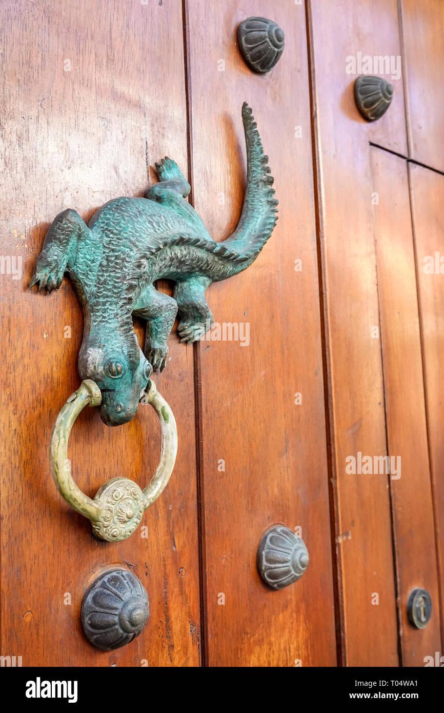 Colombia, Cartagena, Centro de la Ciudad amurallada Vieja, San Diego, puerta decorativa de caballero, gecko, visitas turísticas viajes viajes turísticos tour turístico Foto de stock