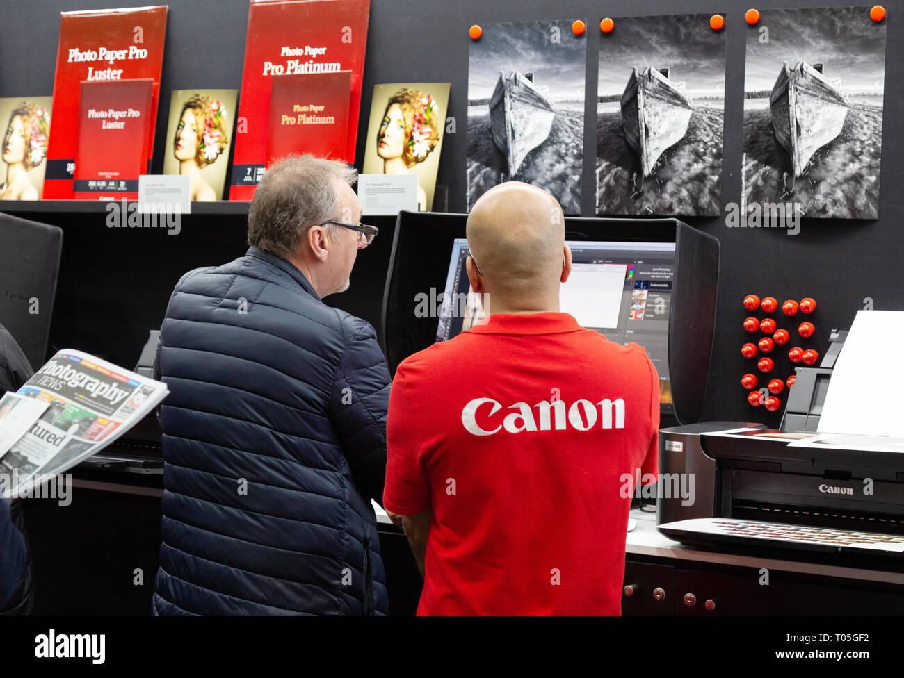 Canon personal del Reino Unido y el cliente en el stand de Canon, la fotografía muestra, el NEC Birmingham, Reino Unido Foto de stock