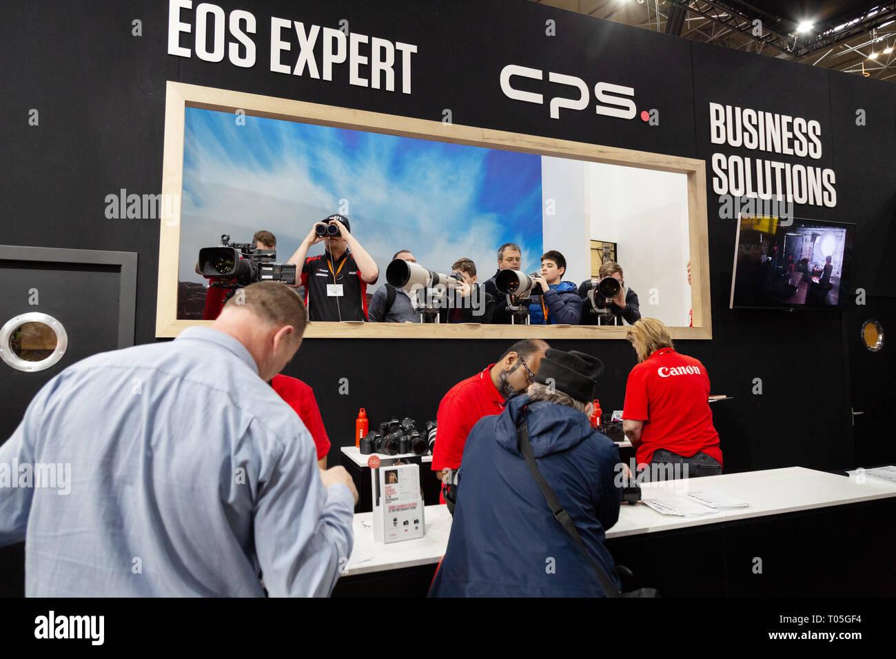 Canon personal del Reino Unido y clientes en el stand de Canon, la fotografía muestra, el NEC Birmingham, Reino Unido Foto de stock