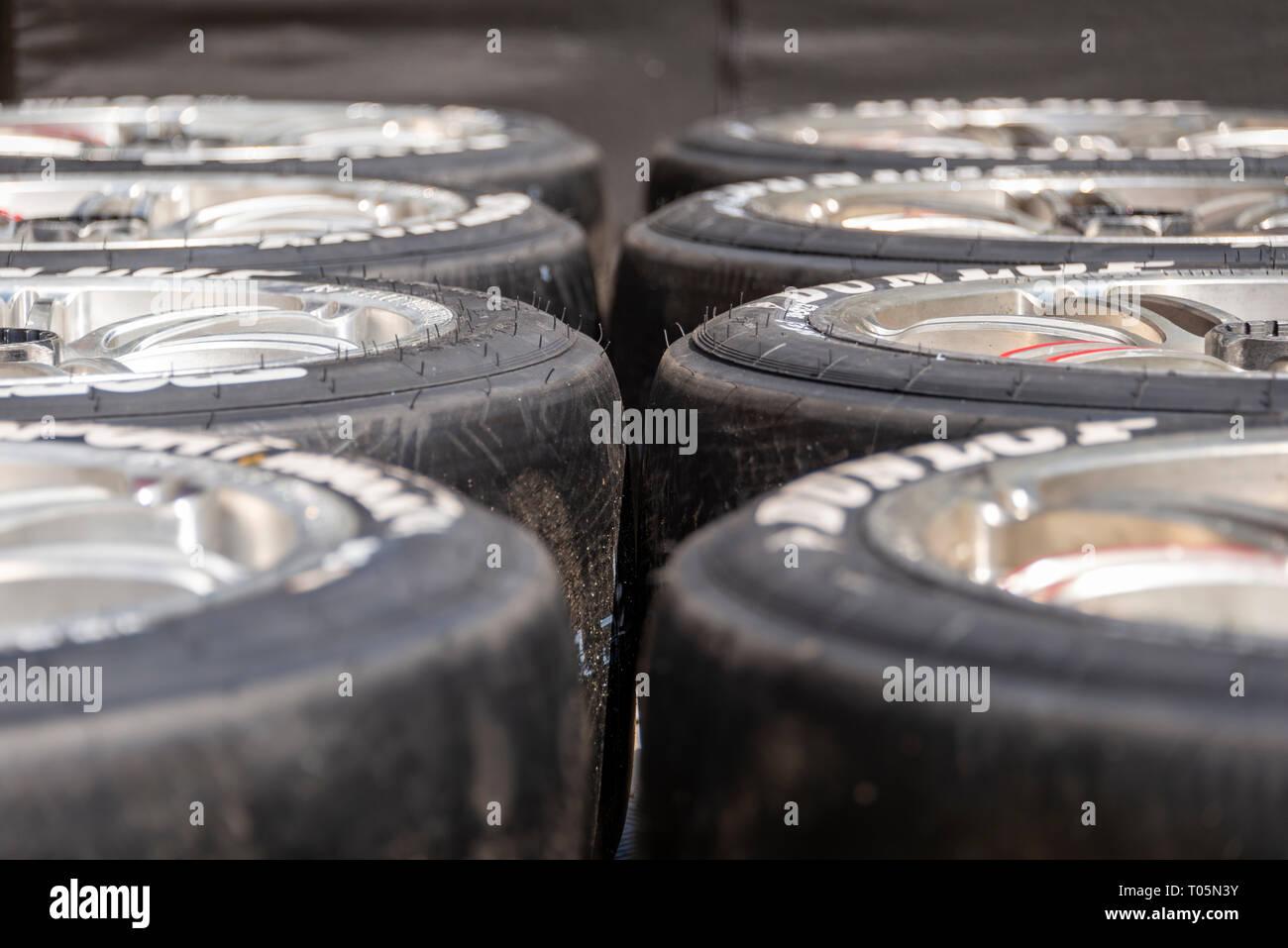 Dos filas de neumáticos de carreras del deporte del motor listo para competir Imagen De Stock