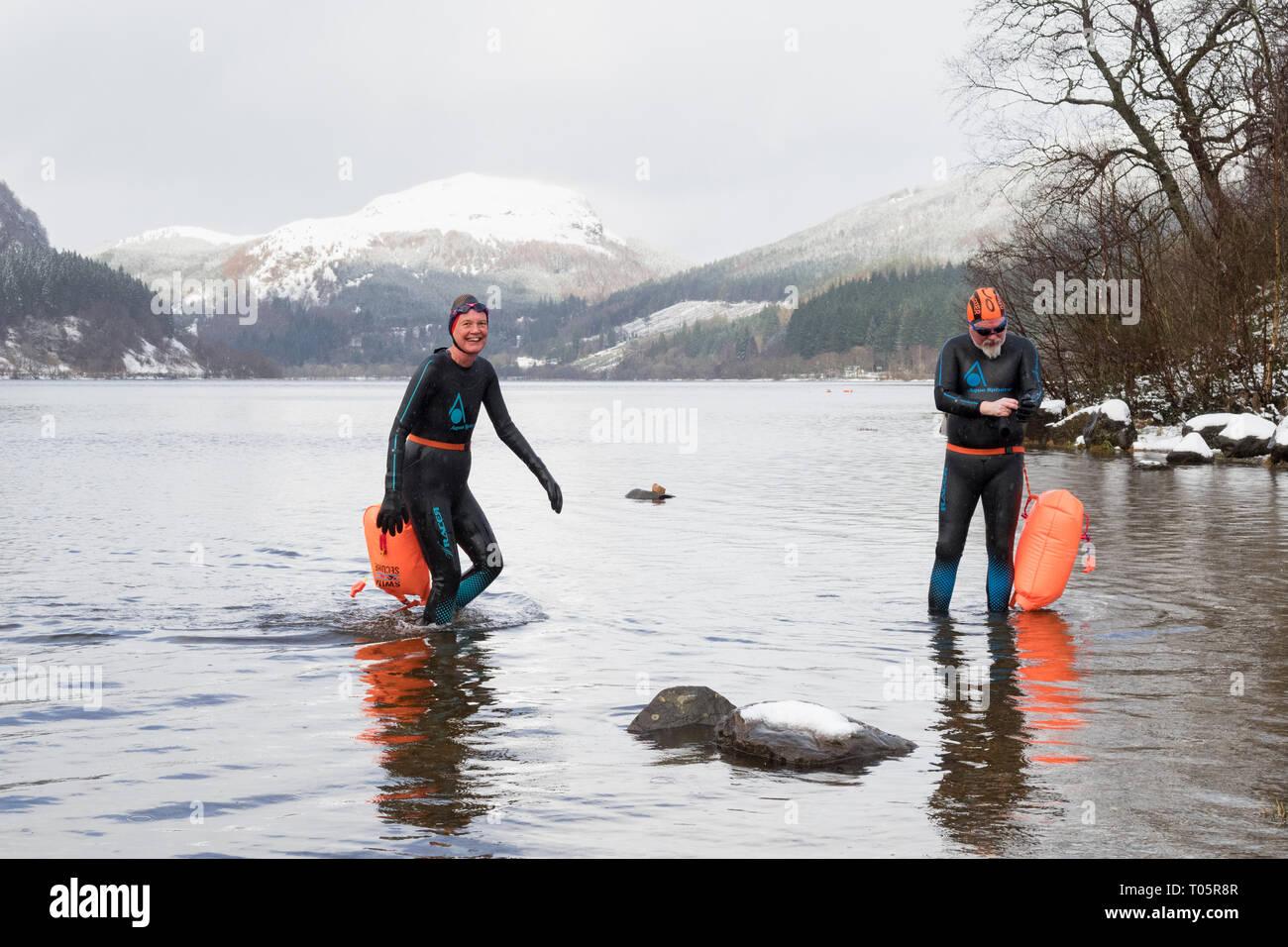 Los nadadores de aguas abiertas en las gélidas aguas del lago Lubnaig agua fresca, Callander, Loch Lomond y los Trossachs National Park, Escocia, Reino Unido Imagen De Stock