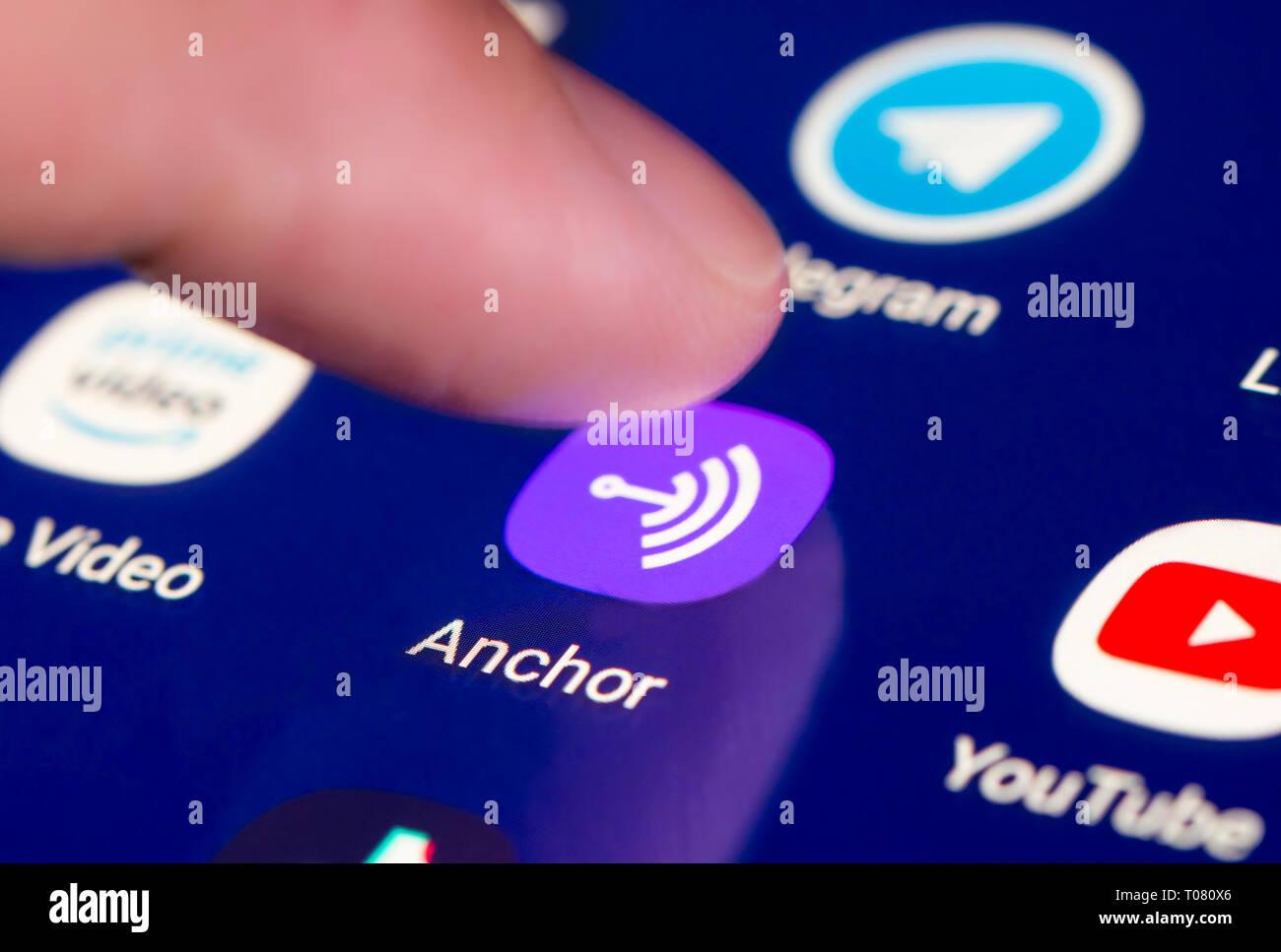 Dedo pulsando el icono de App de anclaje en una pantalla táctil en un tablet o dispositivo de telefonía móvil. Anclaje de carga de aplicación. Atajo de anclaje. Imagen De Stock