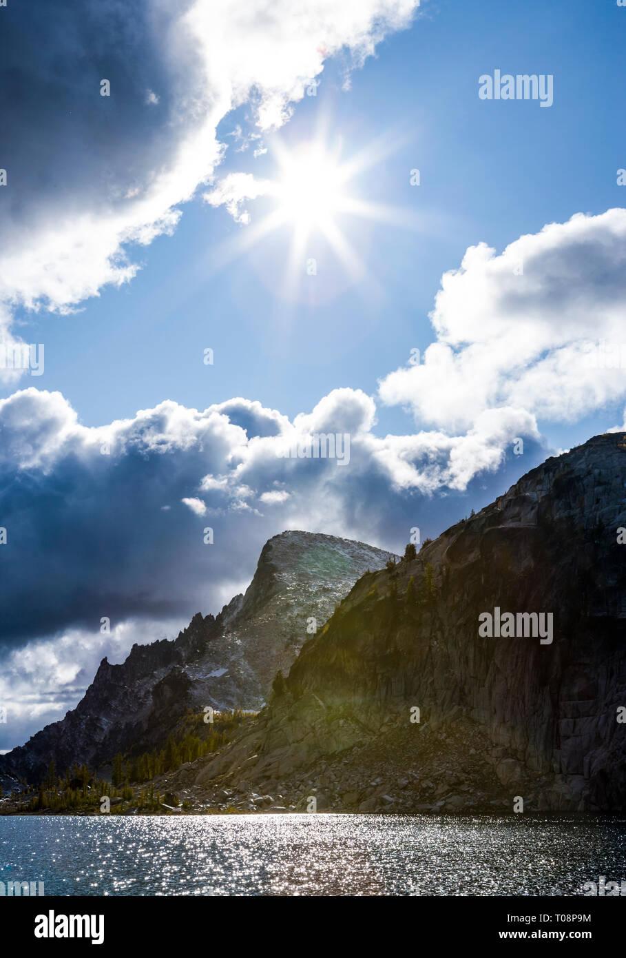 Mirando hacia arriba en la perfección del sol sobre el lago y la montaña en el Annapurna poco encanto Lagos Área Silvestre Cascadas de Washington, Estados Unidos. Imagen De Stock