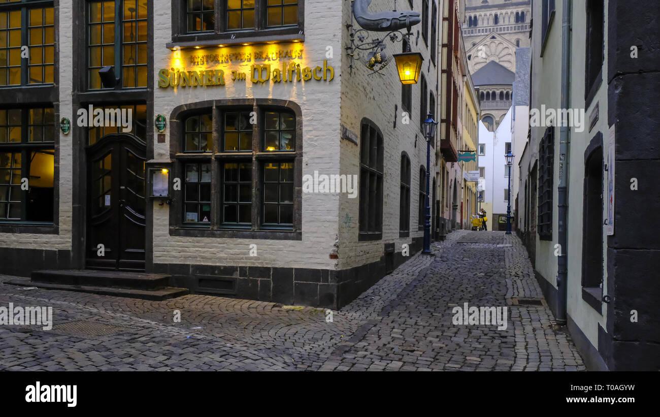 Calles y casas en el casco central de la ciudad de Colonia, cerca del Altstadt o Heumarkt Foto de stock