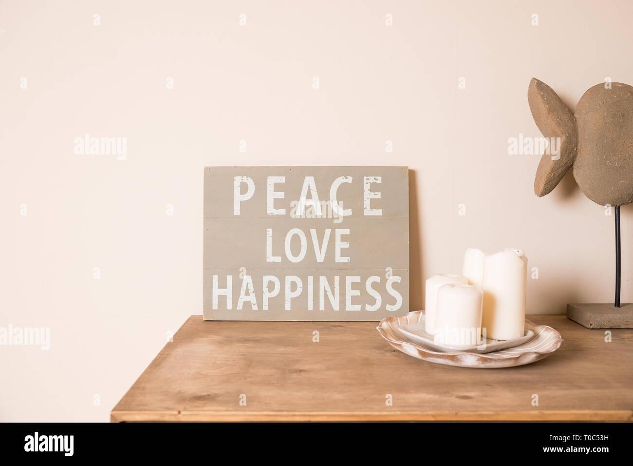 Habitación de estilo escandinavo hipster interior. Junta de humor. Antigua junta rayado ,cita la paz, el amor, la felicidad. Velas blancas,pot con suculentas.rústico Foto de stock