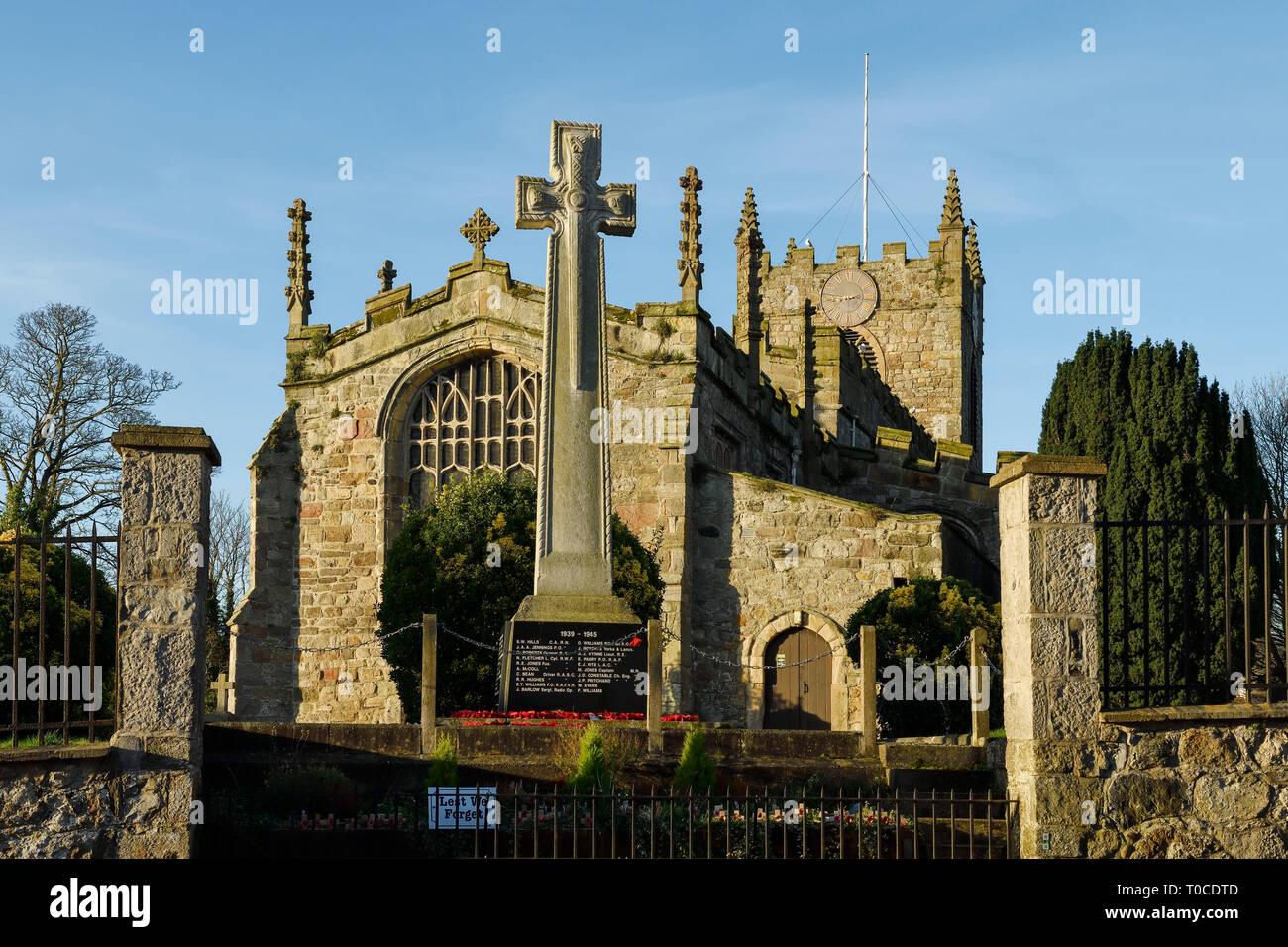 El exterior de Santa María y la iglesia de San Nicolás en el centro de la ciudad de Beaumaris, Anglesey, Norte de Gales, Reino Unido Foto de stock