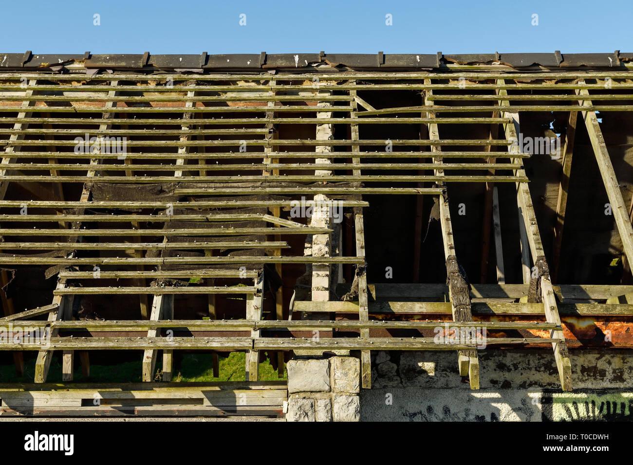 Una estructura de techo abandonados en un edificio abandonado Foto de stock
