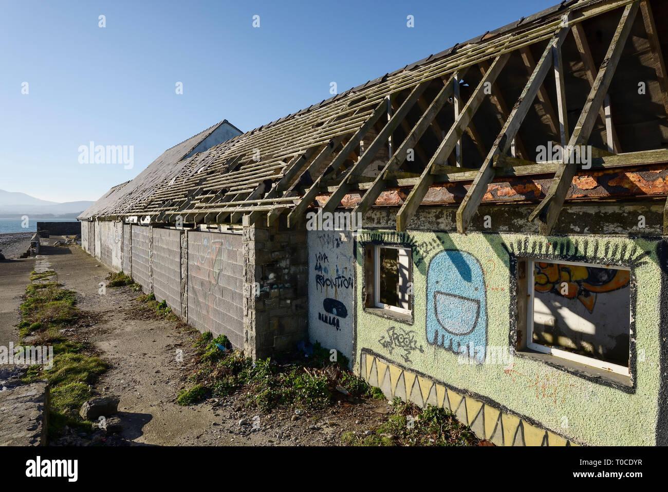 El edificio en ruinas y abandonada por el lido y piscina en primera línea de mar en Beaumaris, Anglesey, Norte de Gales, Reino Unido Foto de stock