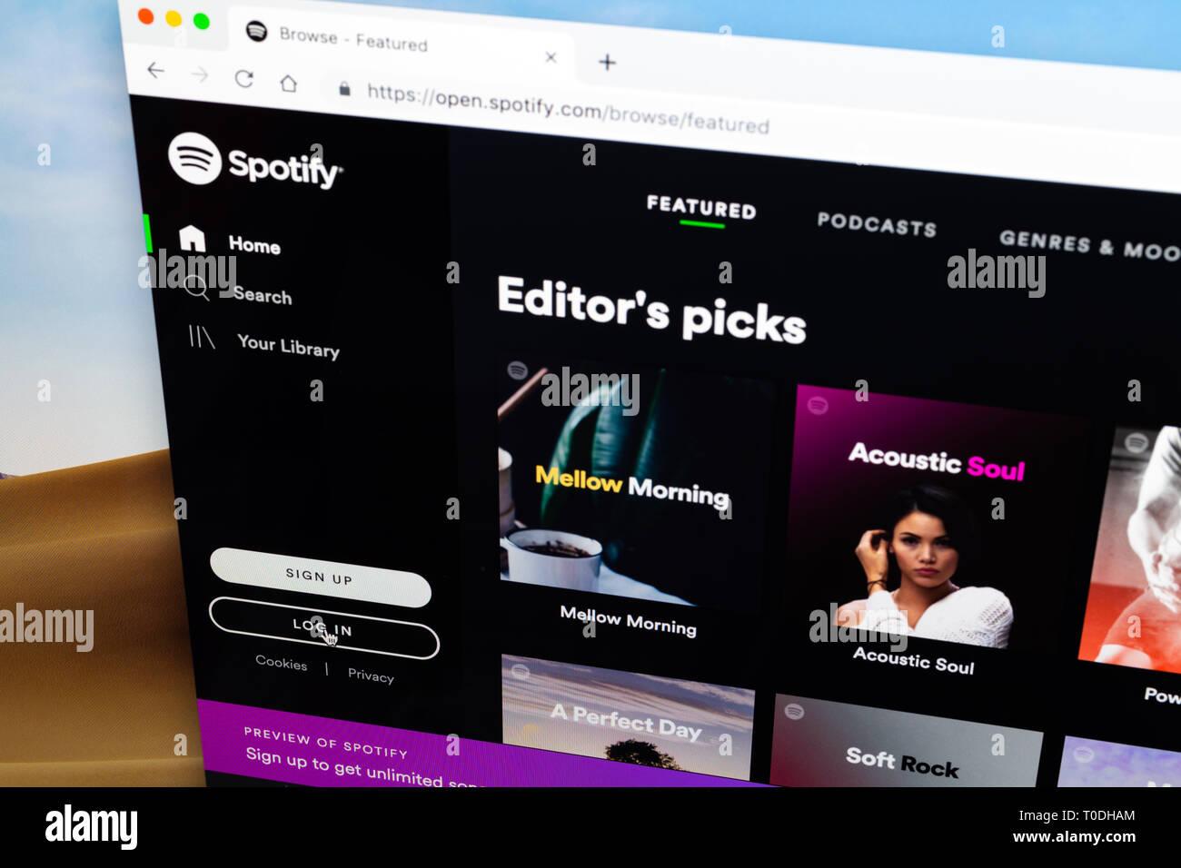En la página de registro de Spotify en el navegador del ordenador de sobremesa, el cursor en el botón Iniciar sesión Imagen De Stock