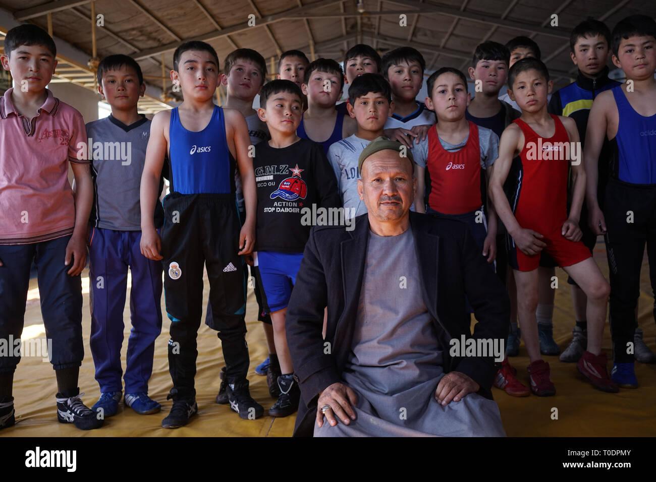 La Maiwand Wrestling club fue atacada por terroristas suicidas en el Estado islámico de Irak y el Levante (ISIL o ISIS) grupo el pasado mes de septiembre. Al menos 20 personas murieron y 70 resultaron heridos en el ataque al club de Dash-e-Barchi, un barrio de Kabul del oeste, hogar de una importante comunidad Hazara. Entrenador Ghulam Abbas perdió su brazo izquierdo en lo que él dijo era un ataque a la minoría étnica hazara. En un acto de resistencia, Abbas ha regresado al club de lucha libre, donde enseñó durante 30 años. Imagen De Stock
