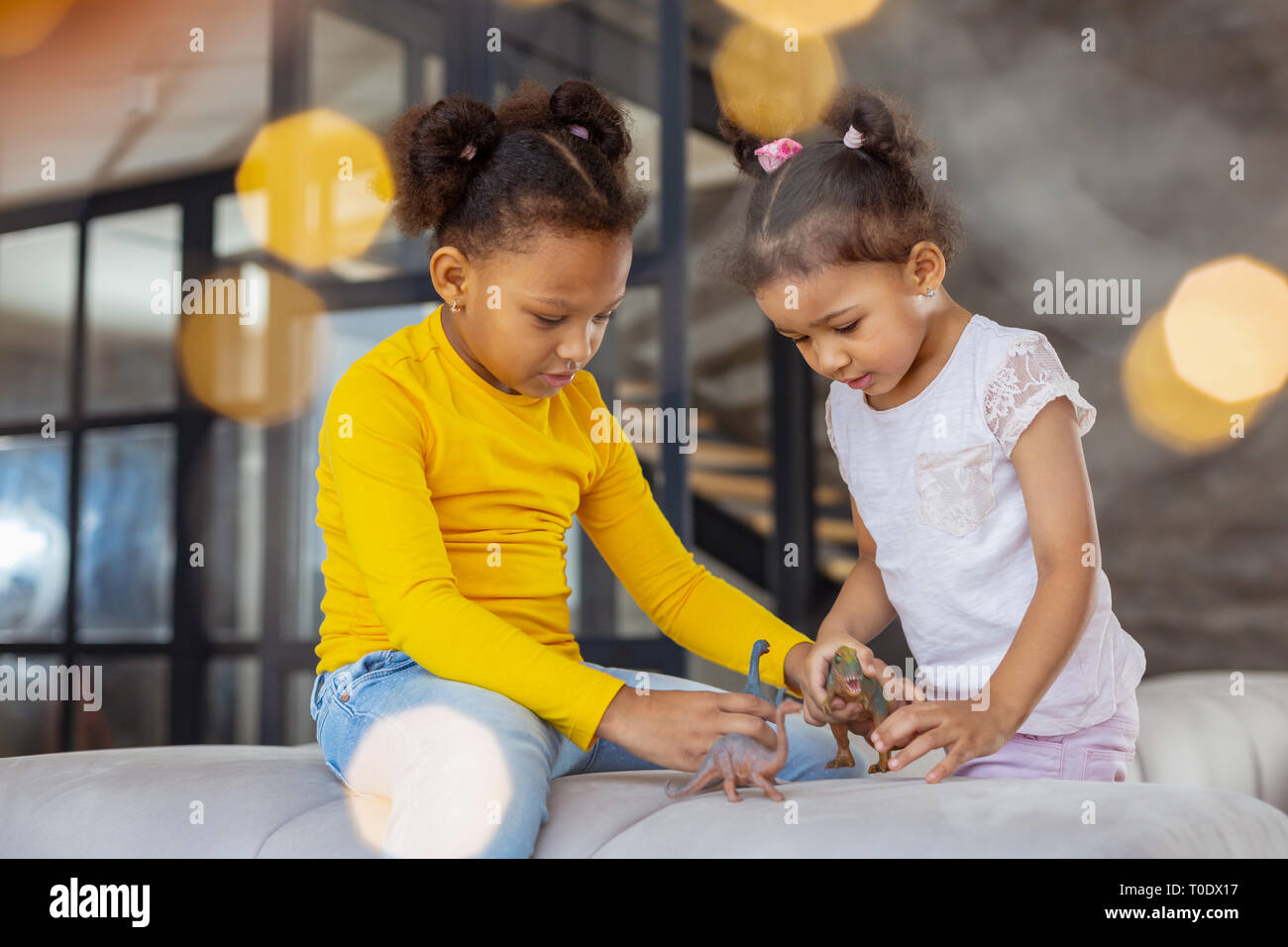 Concentra Niños jugando junto con animales artificiales Foto de stock