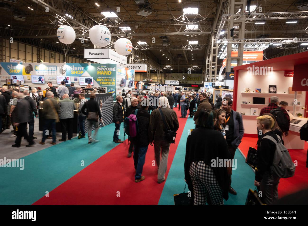 Una muchedumbre en movimiento y vista de personas se congregan en la fotografía Show 2019 en el centro de exposiciones NEC en Birmingham. Foto de stock