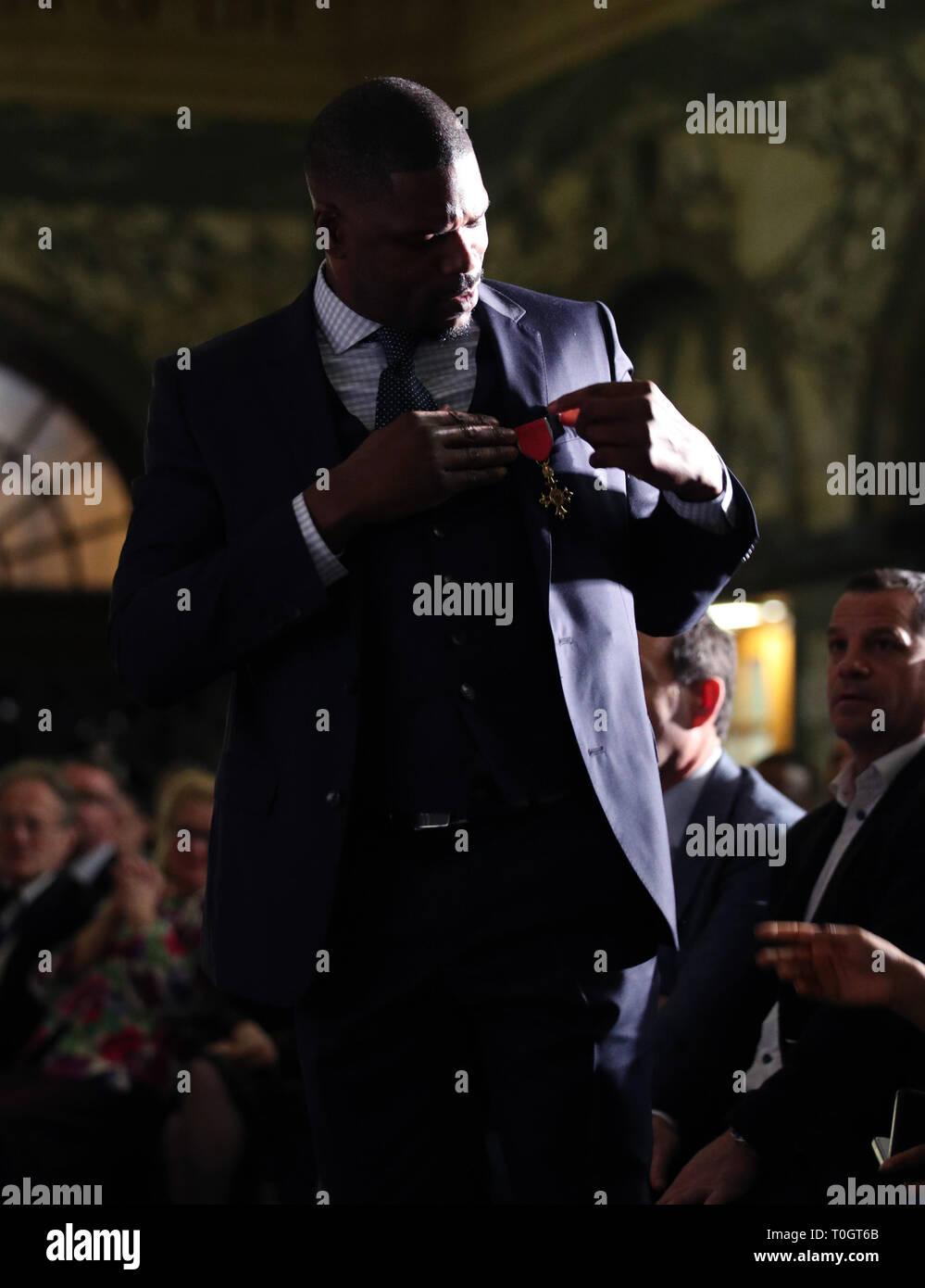 El Dr. Mark Prince OBE se prepara para hablar sobre el escenario, durante una fiesta en su honor organizada por la City of London Corporation, en el Old Bailey, en Londres. Mark de 15 años de edad, hijo, PRÍNCIPE Kiyan, fue brutalmente apuñalado y asesinado por pacíficamente intentando romper una pelea en el exterior de su escuela el 18 de mayo de 2006. Imagen De Stock