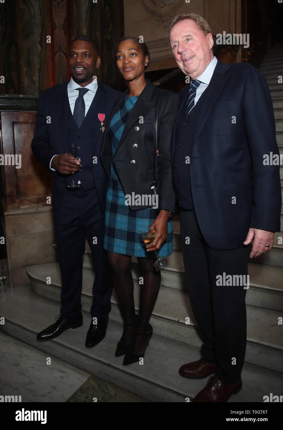 El Dr. Mark Prince OBE (izquierda) con su esposa, y Harry Redknapp Daszine, durante una fiesta en su honor organizada por la City of London Corporation, en el Old Bailey, en Londres. Mark de 15 años de edad, hijo, PRÍNCIPE Kiyan, fue brutalmente apuñalado y asesinado por pacíficamente intentando romper una pelea en el exterior de su escuela el 18 de mayo de 2006. Imagen De Stock