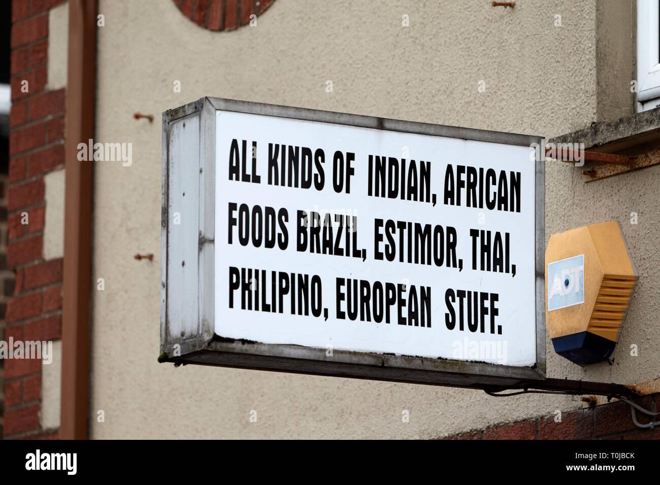 Signo de tienda de venta de alimentos importados para los inmigrantes dungannon County Tyrone (Irlanda del Norte reino unido Foto de stock