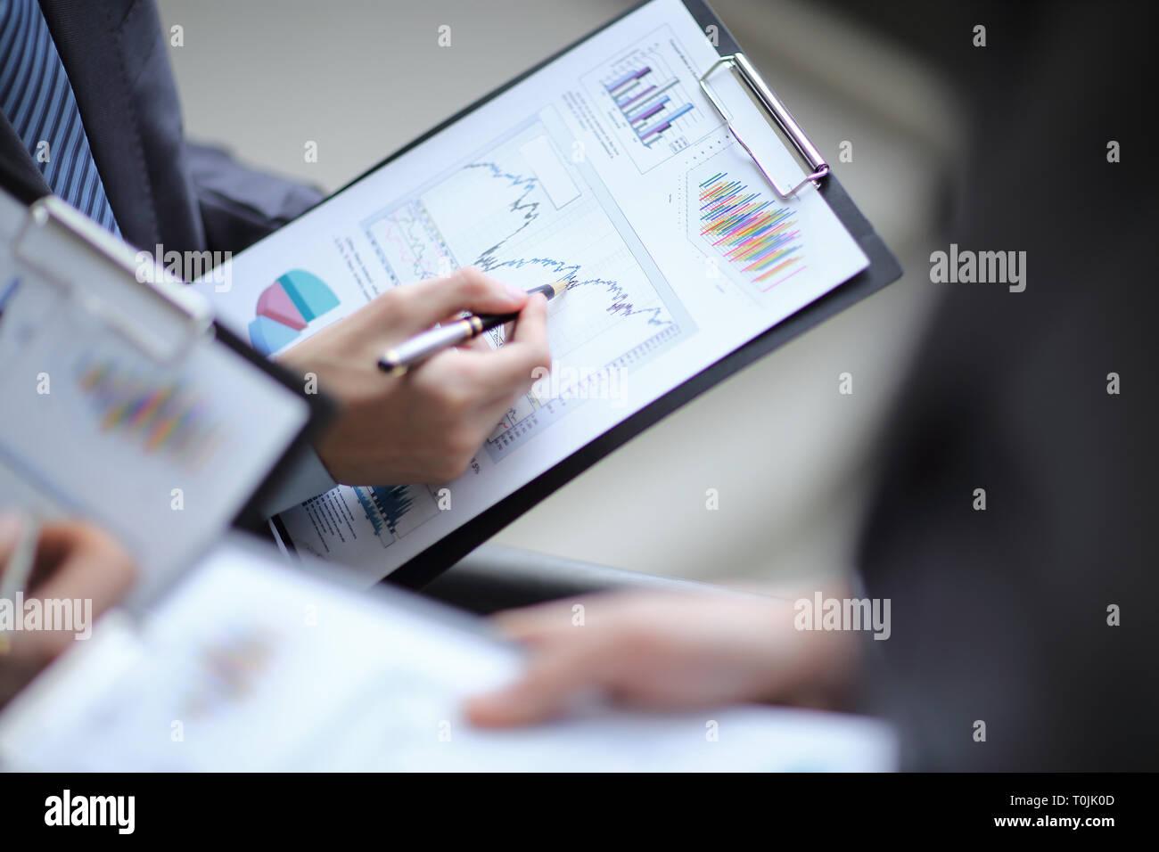 Cerca de la gente de negocios Manos apuntando financiera creciente bu Foto de stock