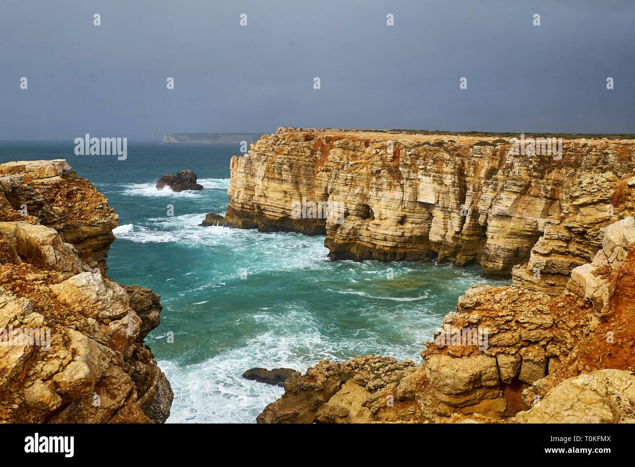 Costa rocosa en Cabo de Sao Vicente con tormentoso mar cerca de Sarges, Algarve, Faro, Portugal Foto de stock