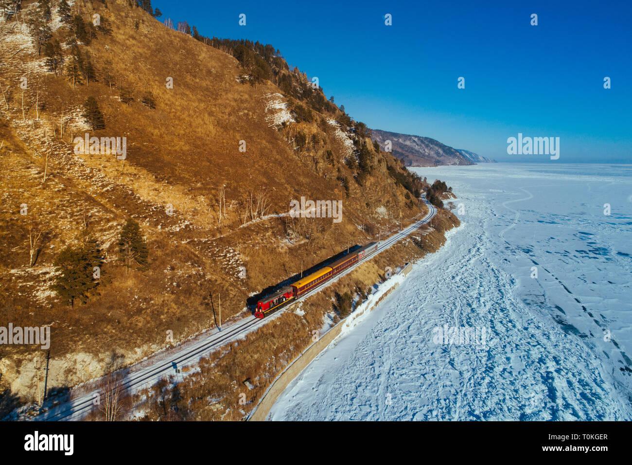 Ferrocarril Transiberiano en el lago Baikal, Rusia Foto de stock