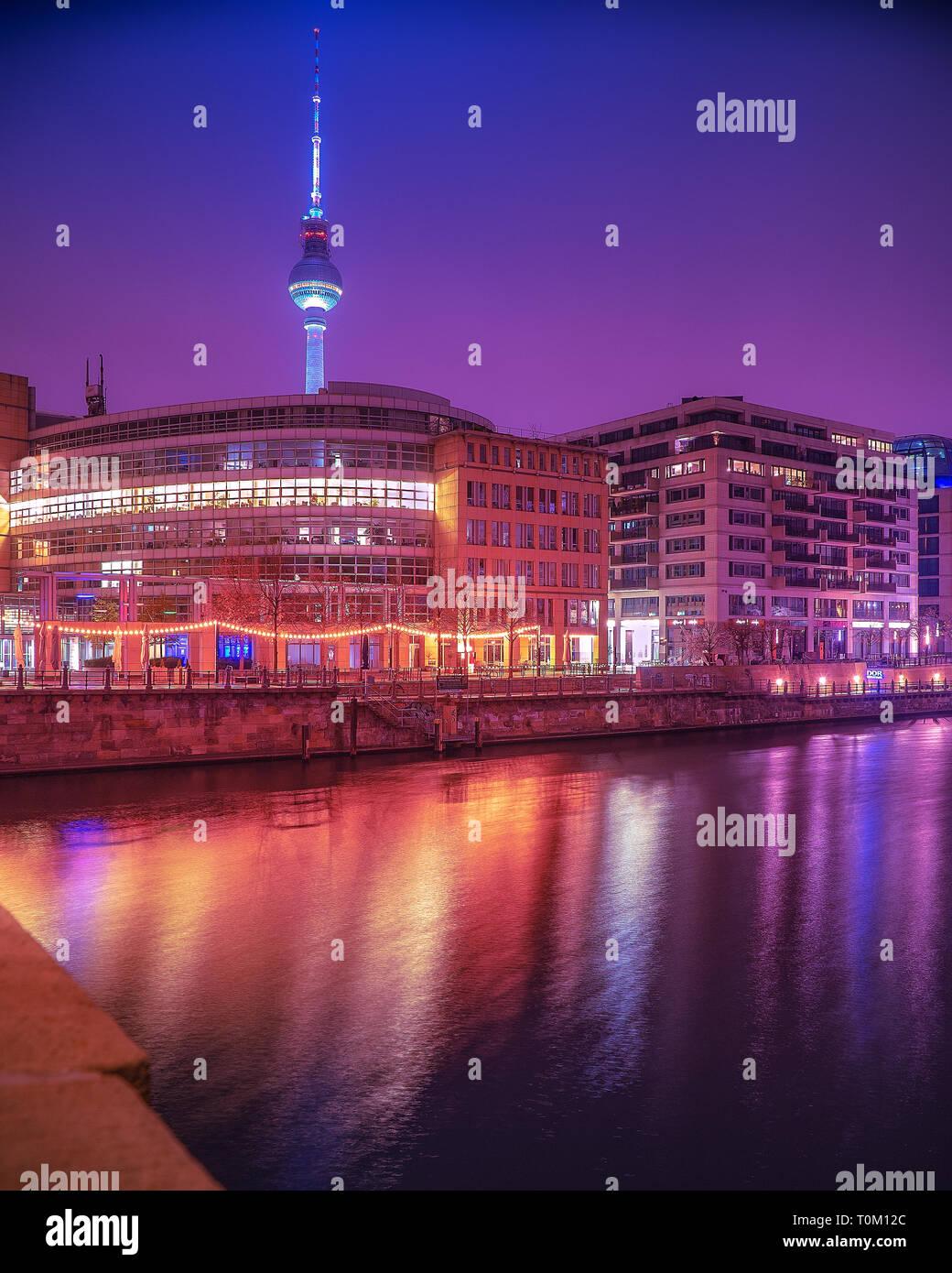 En la Noche de la ciudad de Berlín con hermosas luces de neón en una diferente mirada futurista Foto de stock