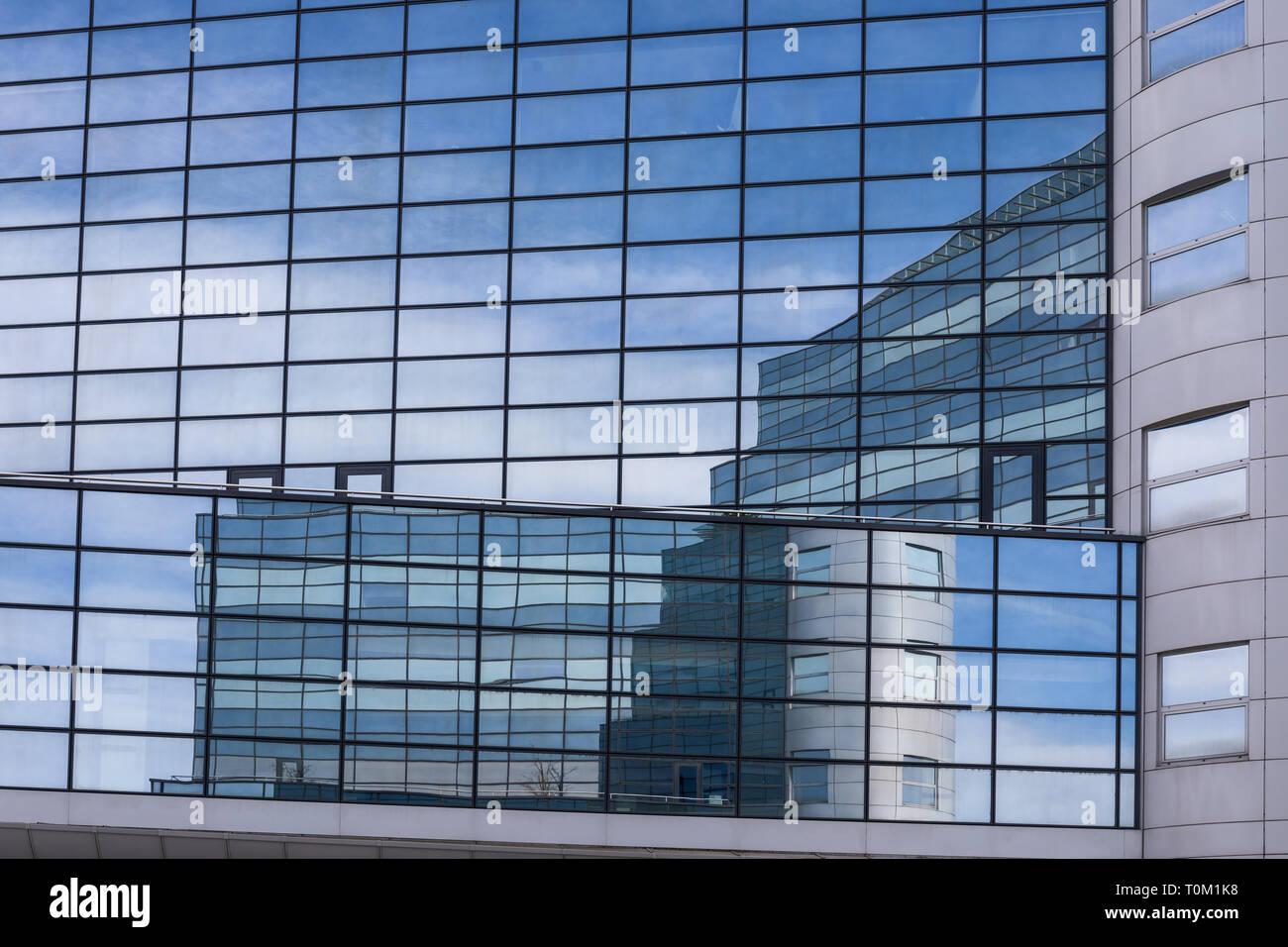 Reflexiones en edificio de cristal, Arquitectura, edificio moderno exterior Foto de stock