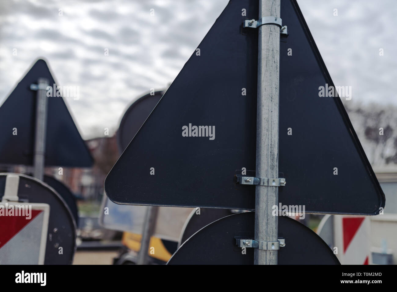 Vista trasera de señales de tráfico agrupados listo para ser colocado por la carretera en la calle después de reconstrucción Foto de stock