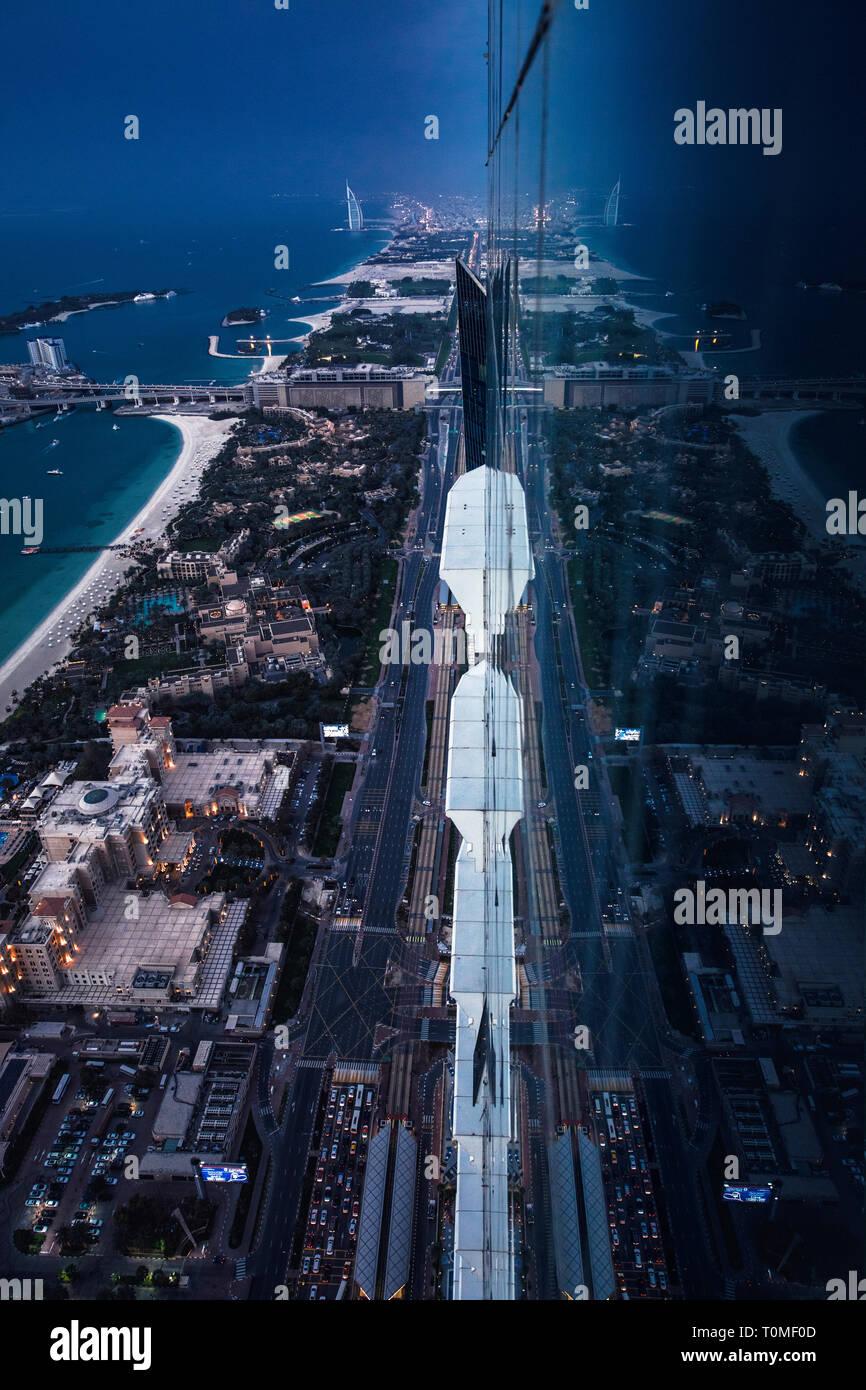 Una reflexión de Dubai Marina, Dubai, EAU Foto de stock