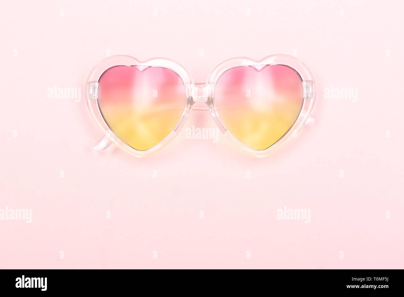 7e948f83ef Gafas de sol en forma de corazón con un degradado de lentes. Fondo de color