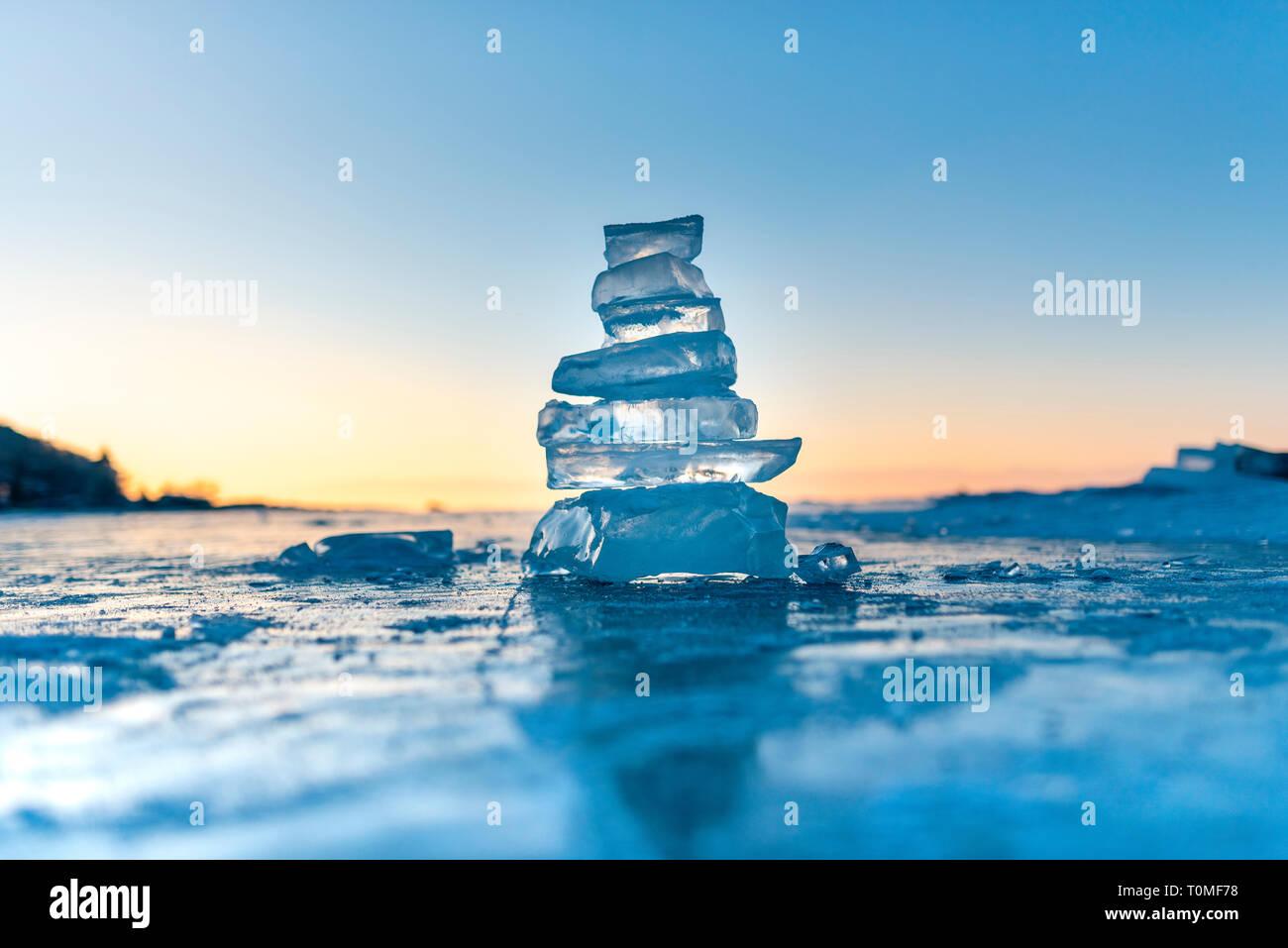 Pedazos de hielo y esculturas de hielo al atardecer en el lago Baikal, en Siberia, Rusia Foto de stock