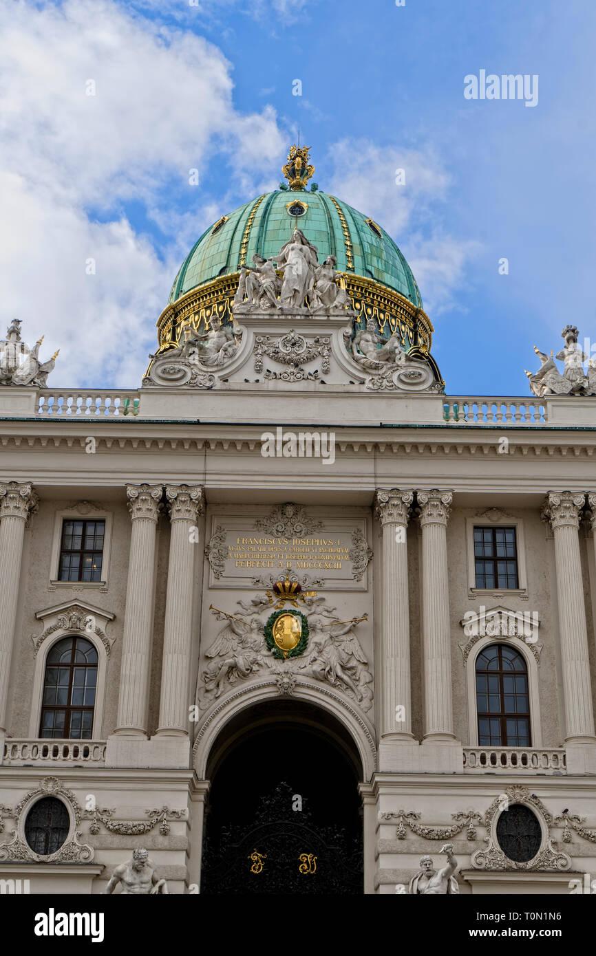Vista del Palacio Hofburg Vienna Austria desde Michaeler Platz Foto de stock