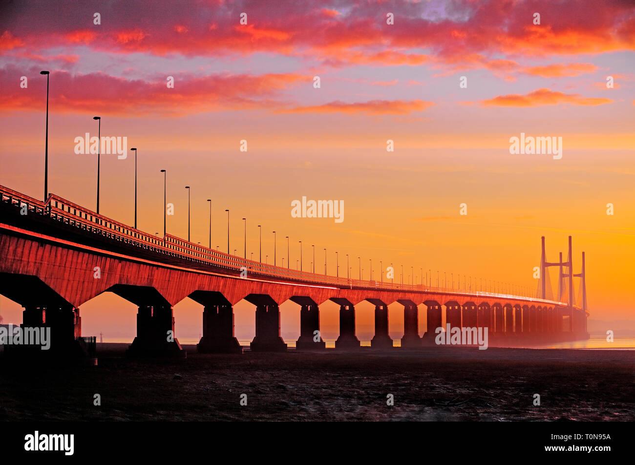 Gran Bretaña, Gales, río Severn. Severn Bridge al amanecer, montando uno de los mayores rangos de marea en el mundo. Foto de stock