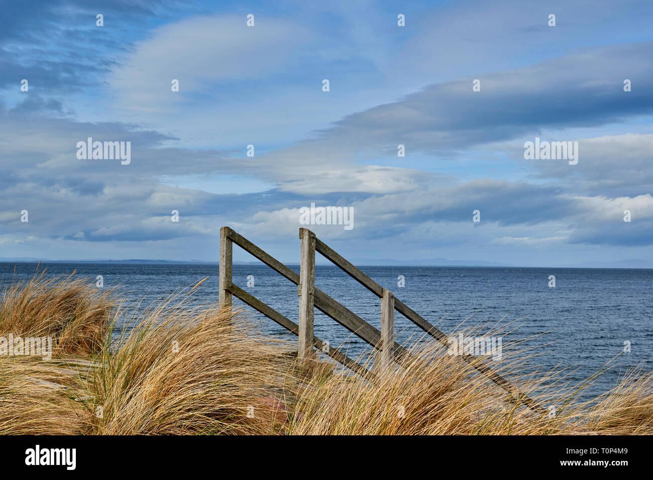 Playa de Findhorn Moray Firth Escocia pastos marinos y una escalera de madera que conduce al mar Foto de stock