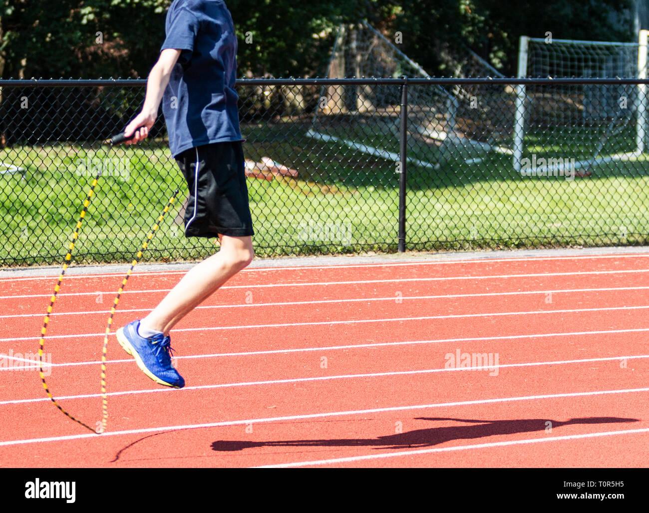 Runner es una escuela de formación de la cruz por saltar la cuerda en una pista a finales del verano. Imagen De Stock