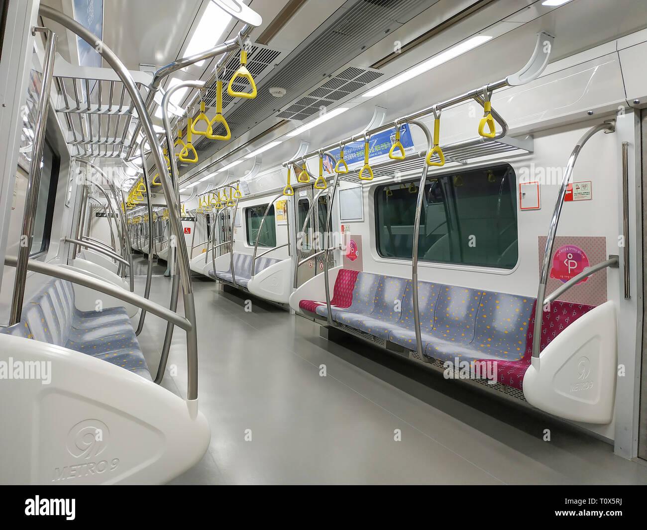 Seúl, Corea del Sur, 22 de marzo de 2019: En el interior del tren en el subterráneo de la Línea 9 del Metro de Seúl Foto de stock