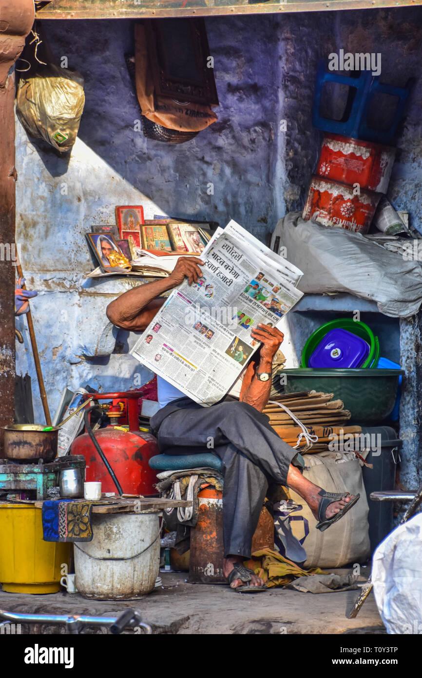 Lector de periódicos, Sardar Market, Jodhpur, Rajasthan, India Foto de stock