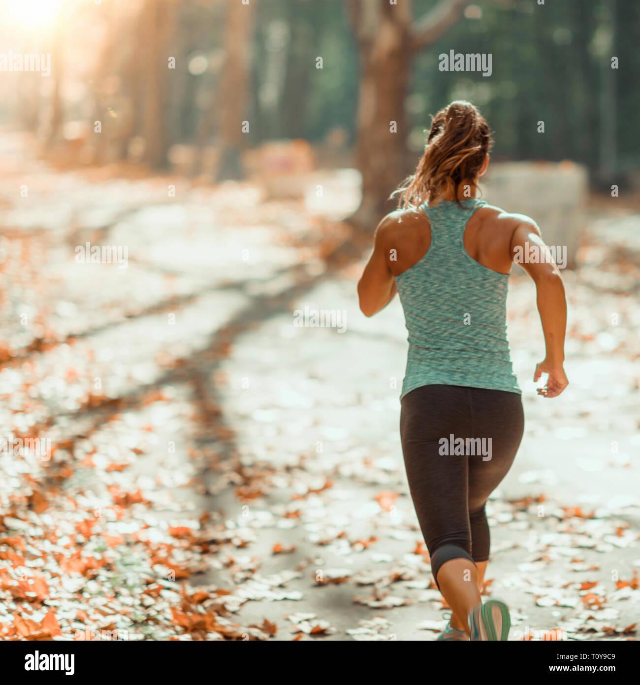 Mujer correr afuera en el otoño. Foto de stock